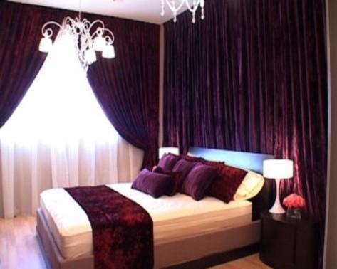 mor-renklerle-tasarlanmış-ve-şık-avizesi-ile-yatak-odası-dekorasyon
